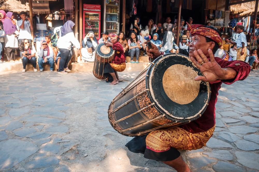 Pernikahan Suku Sasak biasanya diiringi oleh tarian gendang beliq