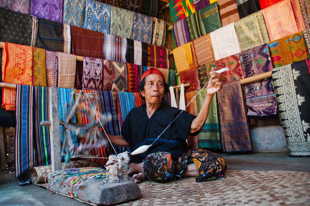 Perajin tenun Desa Sade, Lombok.